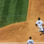 Nr. 36 Kevin Youkilis von den New York Yankees rennt an der ersten Base vorbei