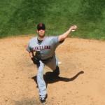 Nr. 38 Pitcher Joe Smith von den Cleveland Indians wirft gegen die Yankees