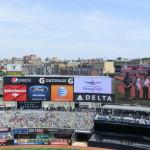 Werbe- und Anzeigetafeln im Yankees Stadium - Ehrung von Kriegsveteranen vor dem Spiel