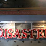 Disaster! Logo am Eingang zur Attraktion.