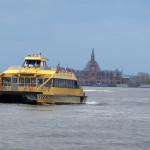 New York Water Taxi - im Hintergrund Ellis Island