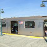 """Panoramaaufnahme Zug der New Yorker Subway an der oberirdischen Station """"161 Street - Yankees Stadium Station"""""""