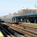 """Subway-Station """"161 Street - Yankees-Stadium"""" mit einem Zug der Subway-Linie 4 Richtung Woodlawn Bronx"""