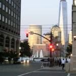 Blick von der Grand Street in Jersey City in Richtung Uferpromenade und auf das World Trade Center One in New York City
