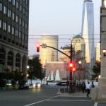 Blick von der Grand Street in Jersey City in Richtung Uferpromenade und auf das World Trade Center One in New York City