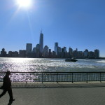 Blick von der Uferpromenade in Jersey City auf den Financial District in Lower Manhattan in New York City