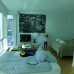 Wohn- und Schlafbereich mit ausgeklapptem Schlafsofa - Studio Suite - 70 Green Street - Dharma Home Suites