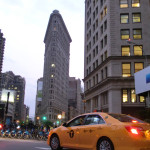 Flatiron Building mit gelbem NYC Taxi -Original Farbaufnahme