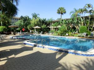 Swimming Pool im Hotel-Innenhof