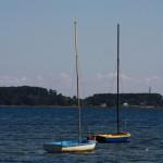 Kleine, malerische Boote im Wasser vor dem Naturstrand von Holnis