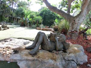 """Skulptur """"Junge liest Buch"""""""