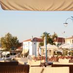 Blick von einem Hafencafé in Keramoti zum Anfang der Strandpromenade