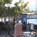 Delfin-Skulptur an der Hafenpromenade