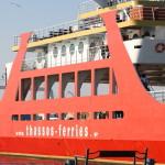 Rote Autofähre der Thassos Ferries im Hafen von Keramoti