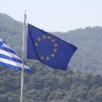 Griechische und europäische Flaggen im Wind