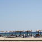 Sonnenschirme und Liegestühle am Strand von Keramoti