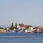 Blick auf den Fischerhafen von Keramoti, im Hintergrund die Kirche