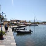 Hafenpromenade mit Hafencafés in Keramoti