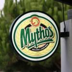 Schild einer Taverne mit dem Logo des grichischen Mythos-Bieres (Mythos Hellenic Lager Beer)