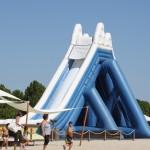 Aufblasbare Riesenrutsche am Strand von Keramoti