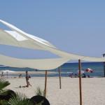 Sonnensegel im Wind am Strand von Keramoti
