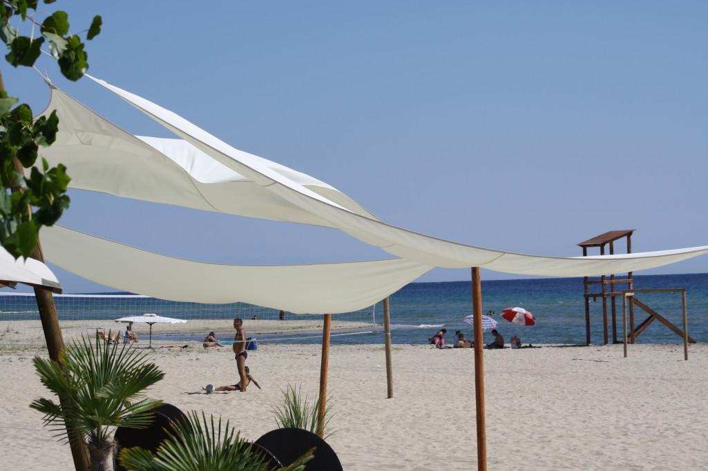 sandstrand keramoti sonnensegel im wind reisetipps weltweit. Black Bedroom Furniture Sets. Home Design Ideas
