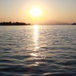 Helle Sonnenscheibe beim Untergang