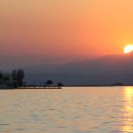 Die Sonne verschwindet hinter den Bergen in Griechenland