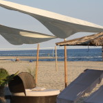 Windsegel am Sandstrand von Keramoti in Griechenland