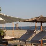 Relaxbereich der Strandbar Aqua Paradise am Strand von Keramoti