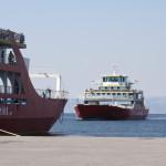 Zwei rote Schiffe der Thassos Ferries am Hafen von Thassos