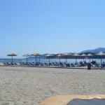 Blick über den Liegeberich der Strandbar Aqua Paradise am Sandstrand von Keramoti