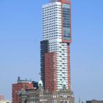 Hotel New York in Rotterdam vom Wasser aus gesehen - im Hintergrund der Wohnturm Montevideo