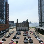 Historisches Hotel New York in Rotterdam zwischen modernen Gebäuden