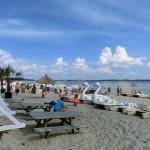 Sandstrand Holnis mit Tretbooten und Strandkörben