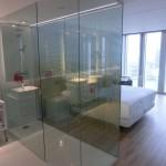 Blick durch das Badezimmer auf das Doppelbett in Suite im nhow Rotterdam