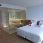 Doppelbett und Badezimmer in Suite im nhow Rotterdam