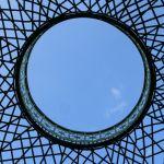 Blick zum Himmel durch den Gitterpavillon