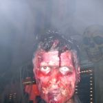 Starr blickender, blutverschmierter Zombie