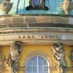 """Inschrift """"SANS, SOUCI"""" am Schloss"""