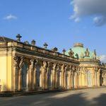 Seitenansicht Schloss Sanssouci im Abendlicht