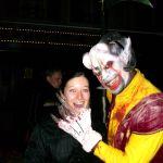Der Sensemann packt eine Besucherin bei den Horror-Nights im Europa-Park