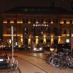 Außenansicht des Sofitel München Bayerpost bei Nacht