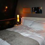 Doppelbett in einer Suite im Sofitel Munich