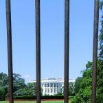 Ansicht des Weißen Hauses von der E Street NW durch den Zaun
