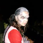 Zombie-Braut mit starrem Blick im Kino