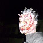 Teufels-Zombie mit Hörnern und blutverschmiertem Gesicht