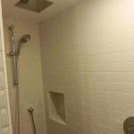 Einblick in die Dusche eines Standardzimmers